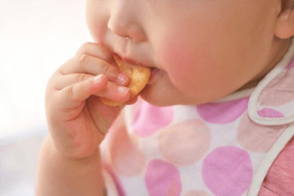 赤ちゃんの食事風景