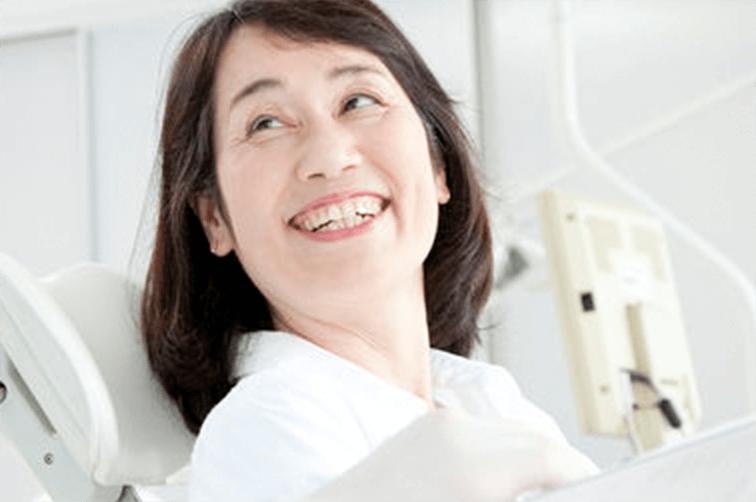 歯がきれいになって笑う女性